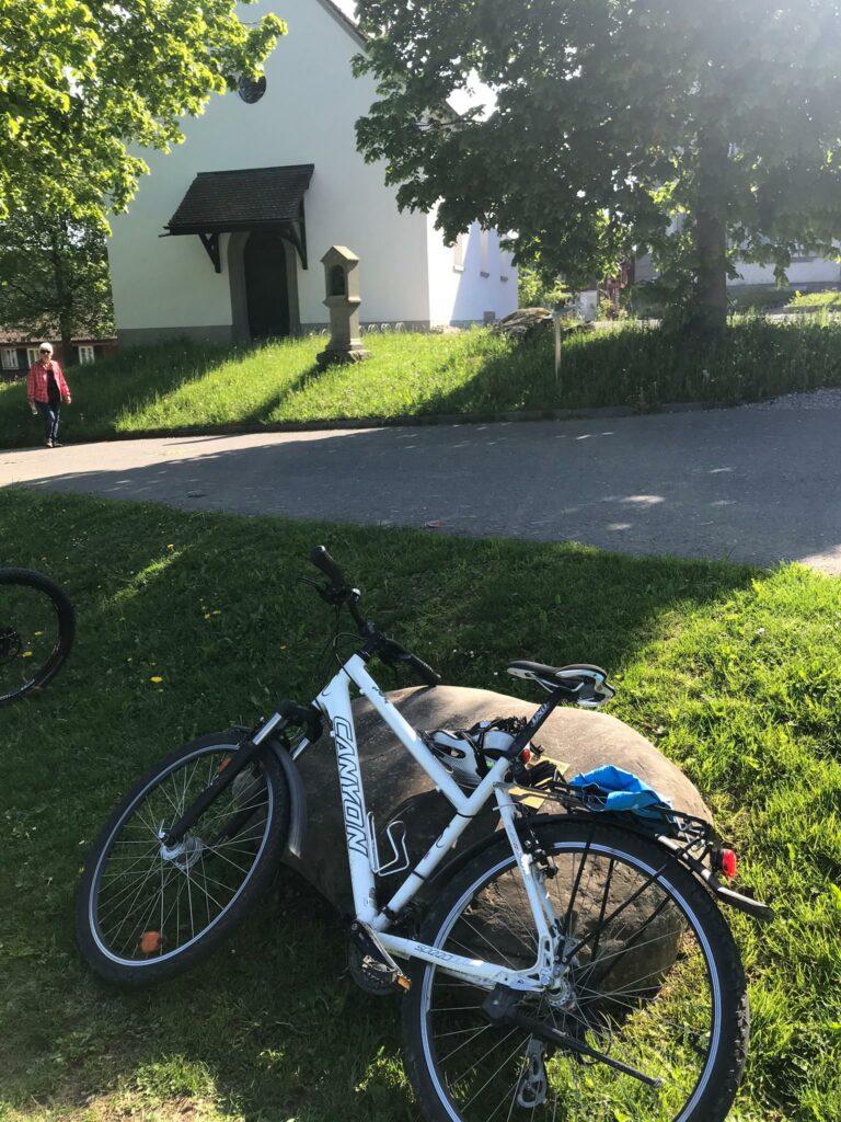 Das Bike macht Pause bei der Wallfahrtskirche MARIA HILF auf dem Gubel - 09.05.2020