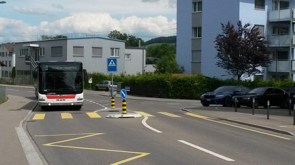 Der Bus Nr. 3, Richtung St. Gallen, Heiligkreuz. im Anrollen. Regina - 30.05.2020