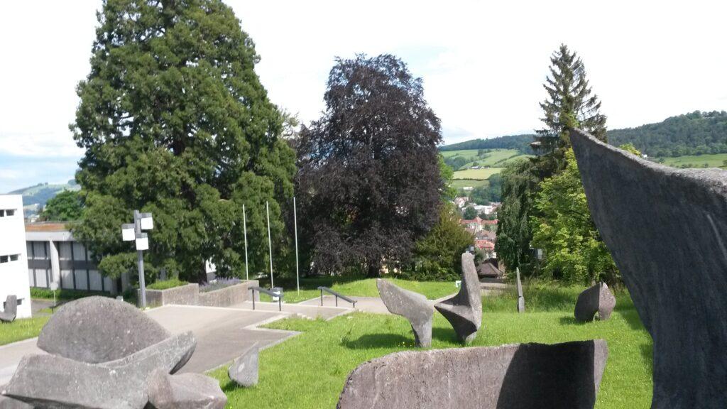 Steinskulpturen auf dem Gelände der Universität St. Gallen, Regina - 30.05.2020