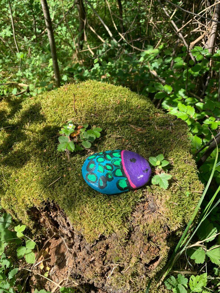 hübsch bemalter Stein auf Baumstrunk im Wald bei Trimmis, Judith - 31.05.2020