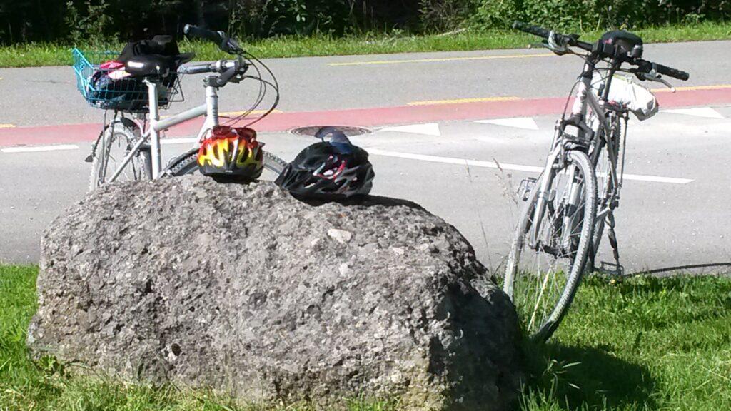 Erschöpft vom vielen Radfahren in den letzten Wochen legen wir die Velohelme nieder, Regina - 01.06.2020