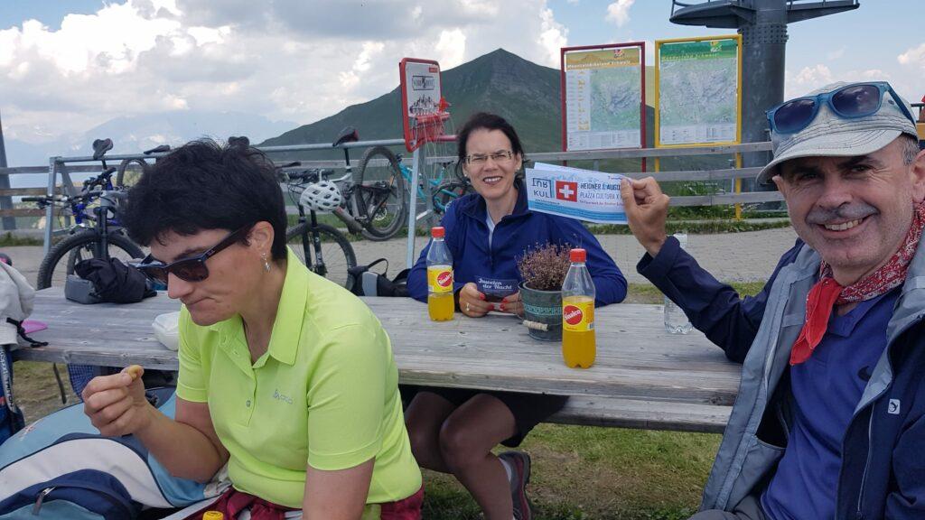 Die topfite Wandergruppe ist eingetroffen und lässt sich das wohlverdiente Picknick so richtig schmecken.