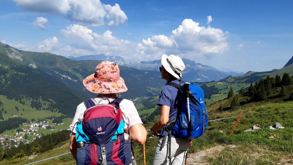 Sie bestaunen beeindruckt die Bündner Bergwelt.