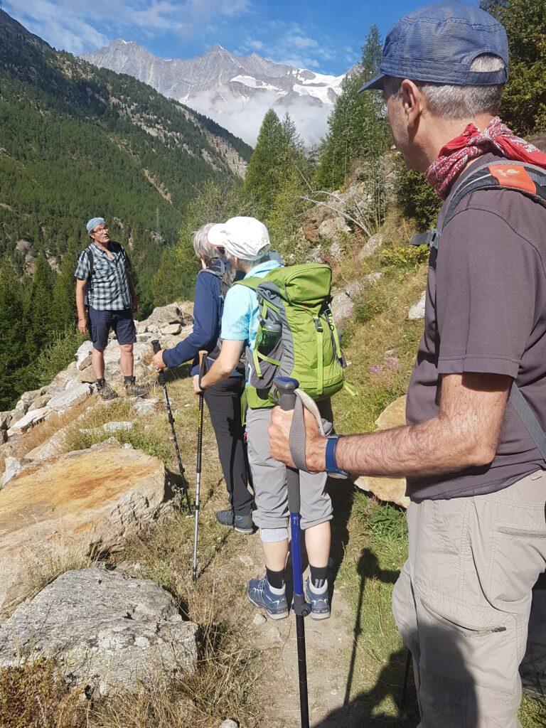 Unser Wanderleiter, Dominic Anthamatten, erzählt vom Nutzen der wasserführenden Suonen und von Erlebnissen aus seiner Kindheit und Jugend.