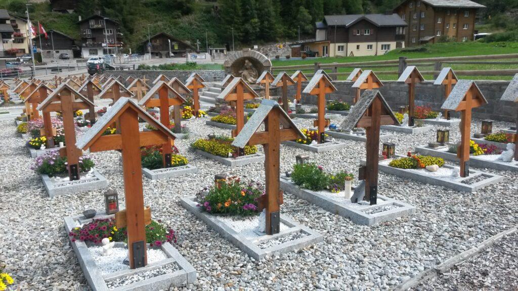 Friedhof bei der Rundkirche in Saas-Balen
