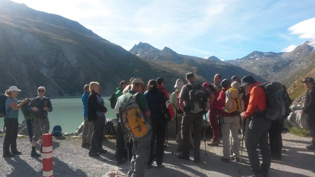 Wandergruppe beim Staudamm Mattmark
