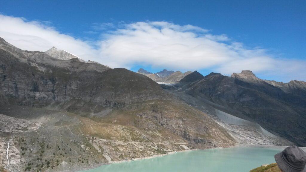 Blick vom Stausee Richtung Berggipfel
