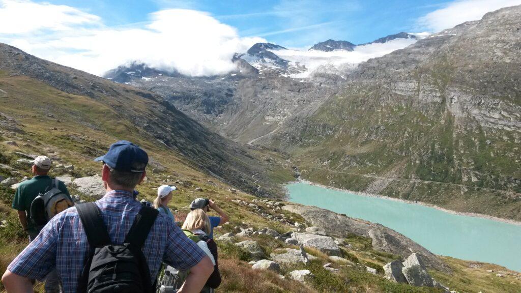 oberhalb des Stausees beginnt der Bergwanderweg