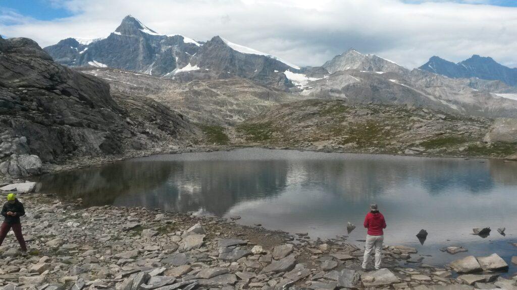 mystischer Bergsee inmitten einer abgelegenen Bergwelt