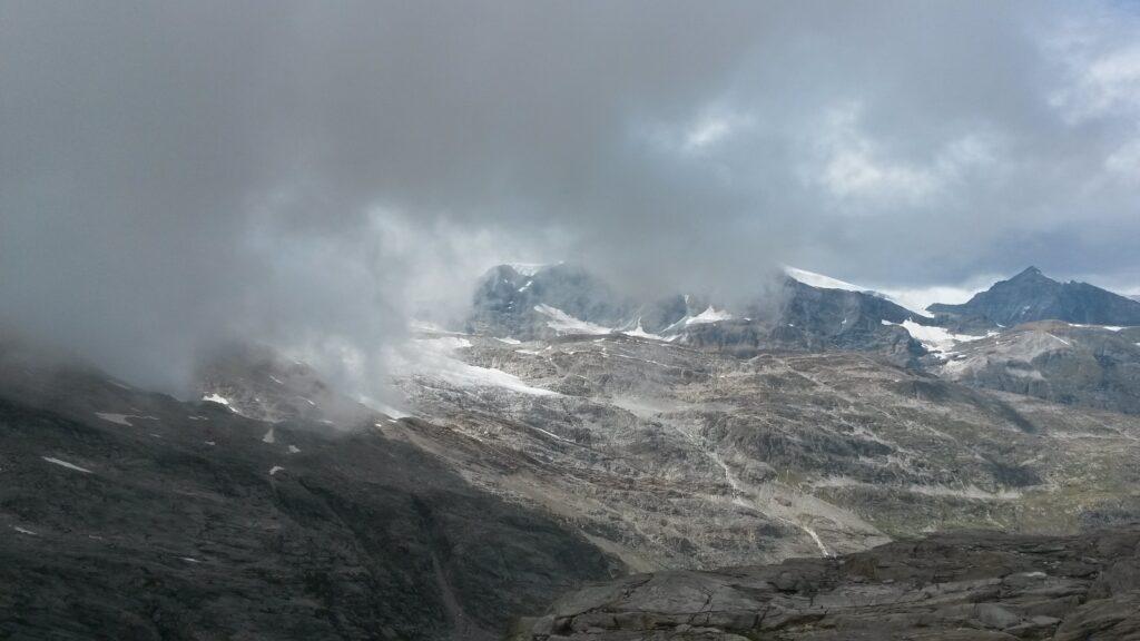 Nebel zieht auf vom Monte Moropass.