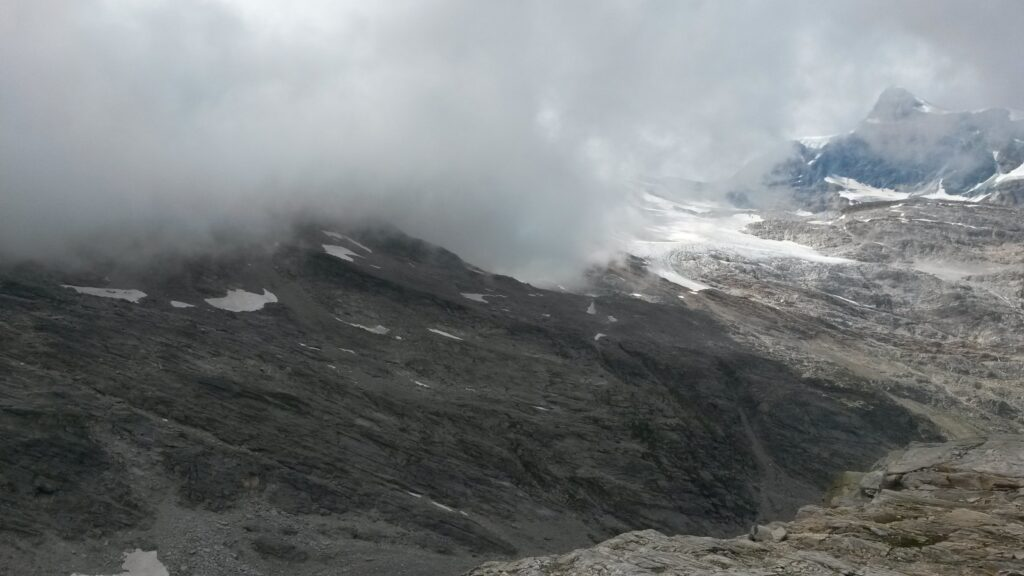 Nebel und Wolken stauen sich am Monte Moro