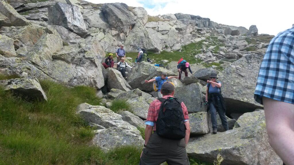 Wie Bergziegen klettern wir über Spalten von Stein zu Stein.