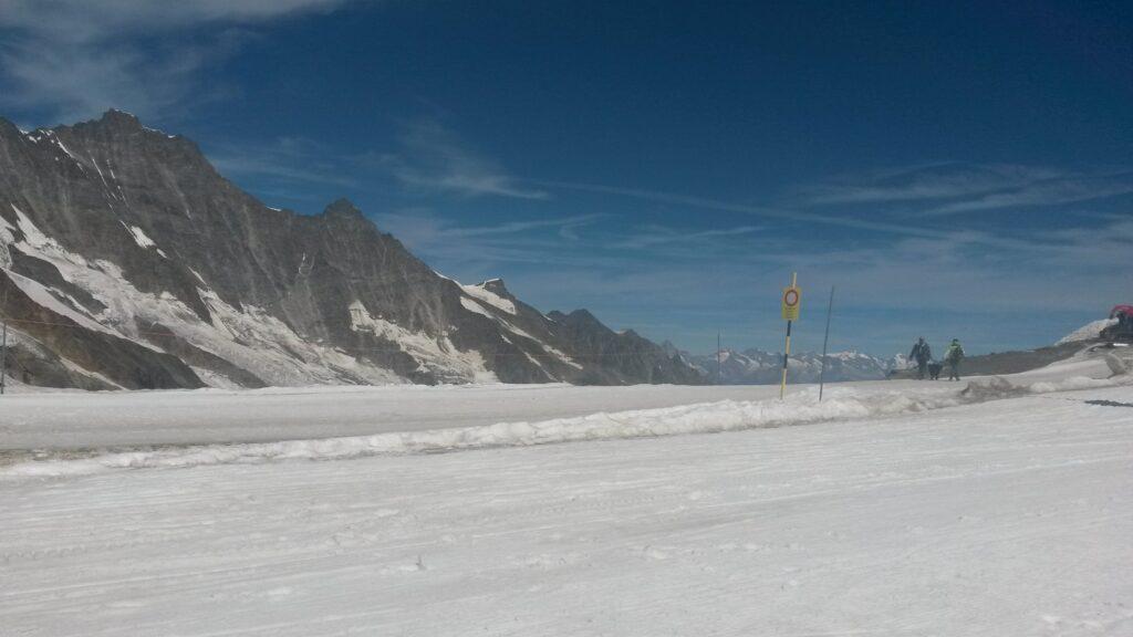 Ausfahrt der Gletscher-Skipiste auf dem Mittelallalin