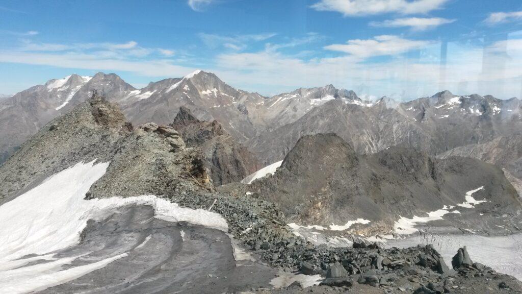 Bergspitzen in eisiger Landschaft
