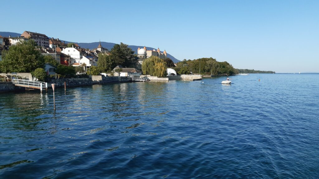 Schifffahrt von Neuchâtel nach Yverdon-les-Bains, im Hintergrund Station Grandson mit Schloss