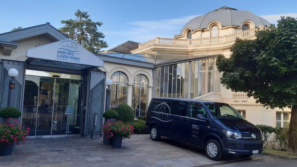 vor dem Grand Hôtel et Centre Thermal in Yverdon-les-Bains