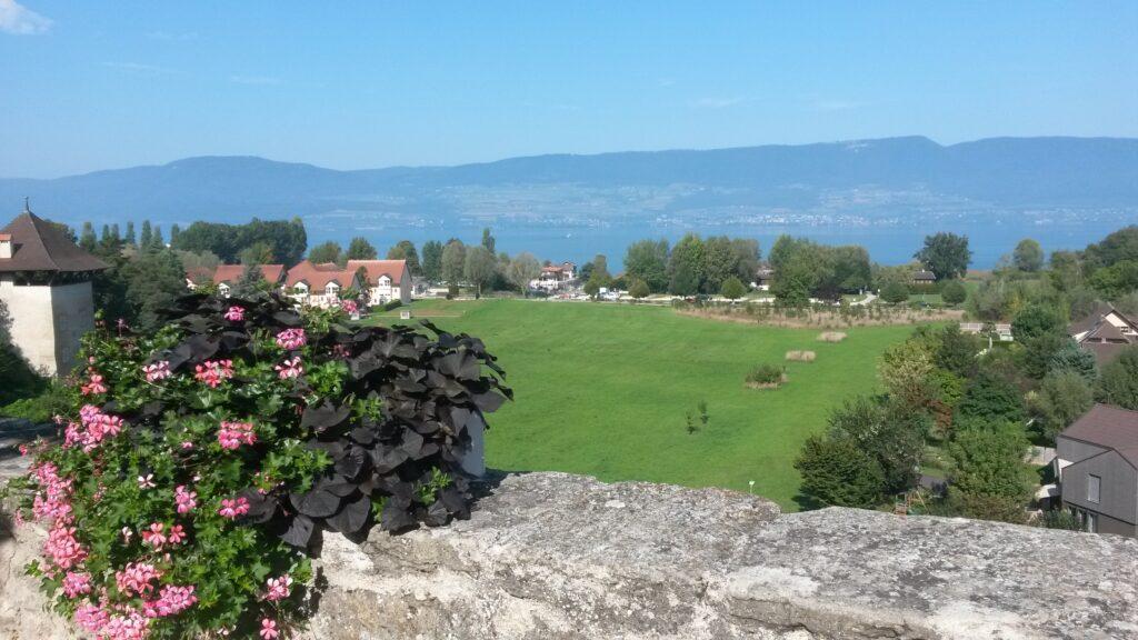 Gregor zeigt uns die wunderbare Sicht vom oberen Stadtteil Richtung Strand von Estavayer-le-Lac