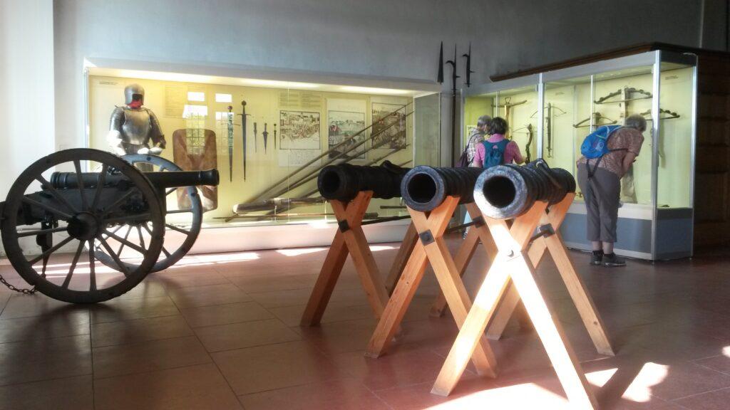Ausstellungsraum mit Waffen im Schloss Grandson