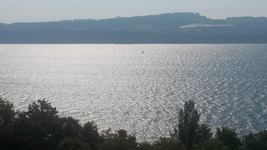Blick zum See auf der Wanderung von Yverdon zum Sandstrand von Yvonand