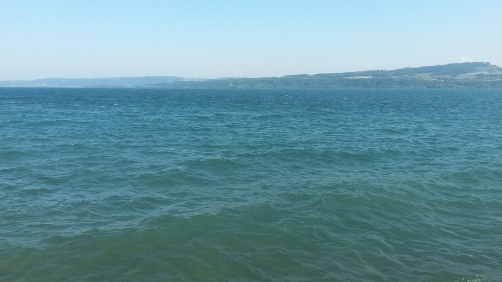 Lake-side in Grandson bei stürmischem Wellengang