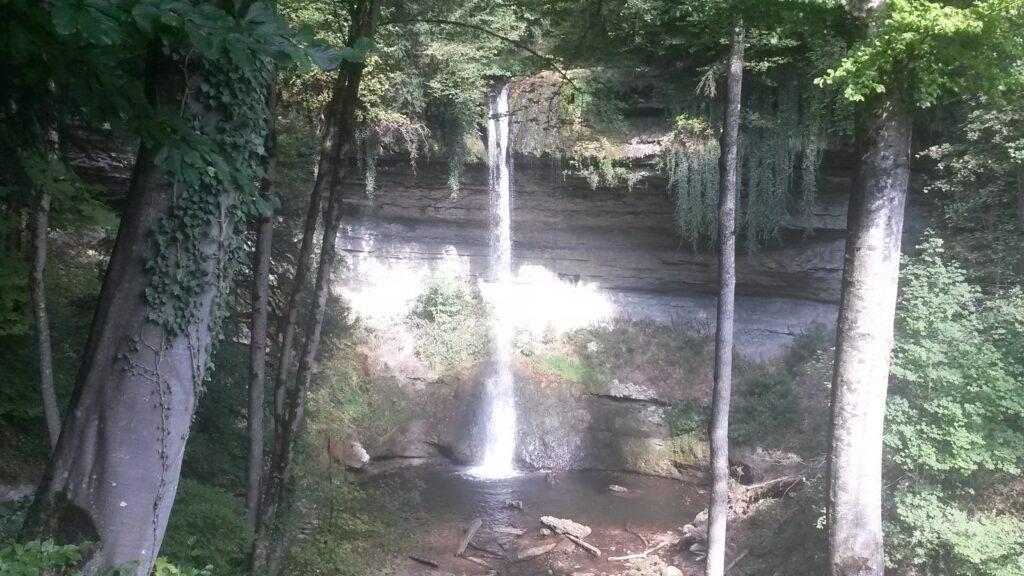 glitzernder Wasserfall im Sonnenlicht