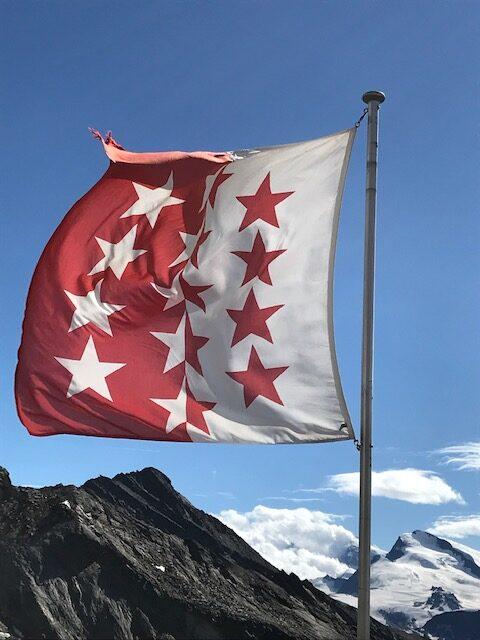 wehende Flagge des Kantons Wallis