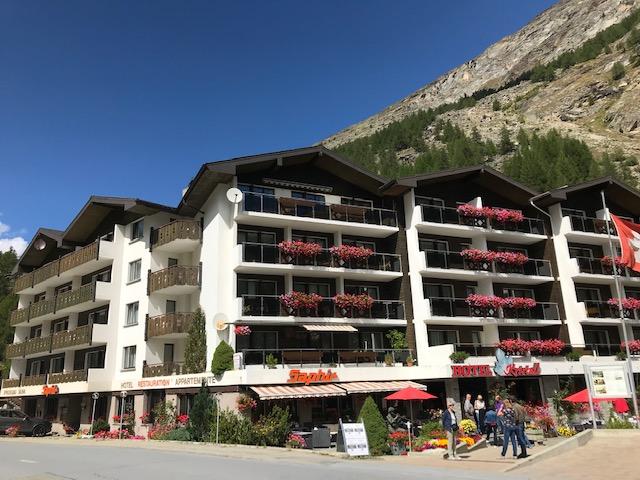 vor unserer Unterkunft: Hotel Kristall Saphir