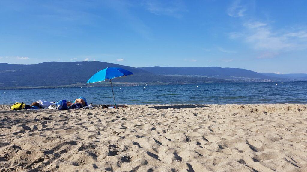 am Sandstrand von Yvonand, doch fast wie am Meer