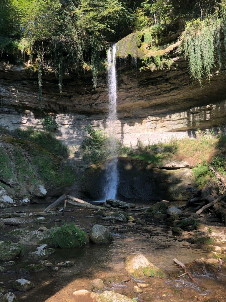 Wasserfall auf dem Kulturweg bei Romainmôtier