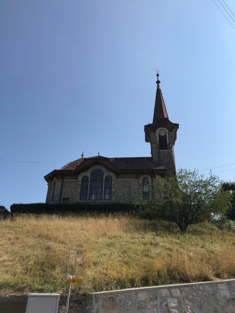 typische Kirche der Region Romainmôtier