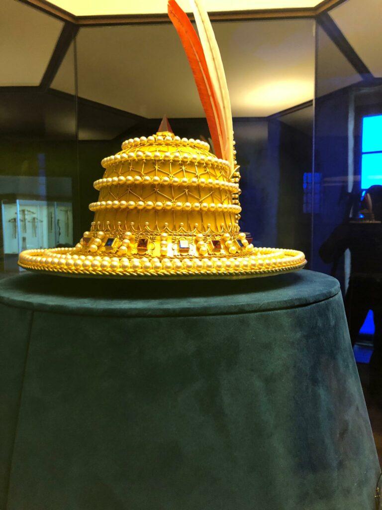 Schatzkammer: mit Perlenketten geschmückter Hut
