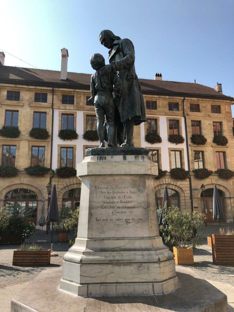 Pestalozzi-Statue in der Altstadt von Yverdon