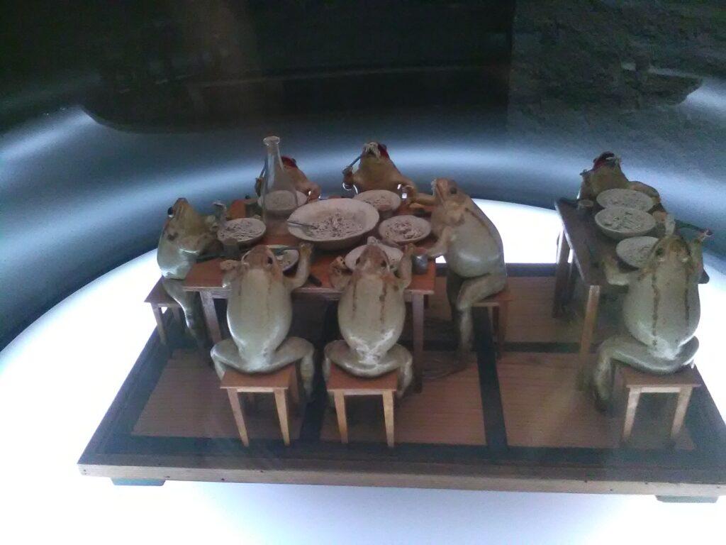 Spaghetti-Plausch der Frösche im Froschmuseum