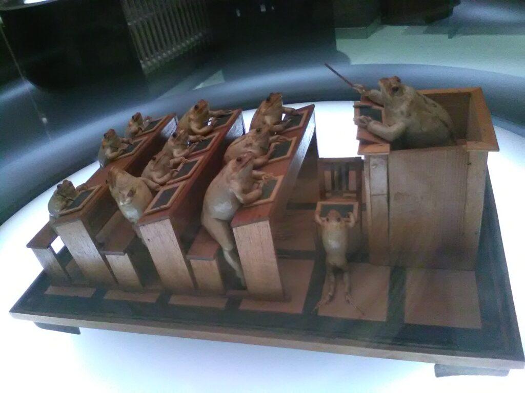 im Froschmuseum in Estavayer-le-Lac: Die Frösche mit Schiefertafeln drücken die Schulbank.