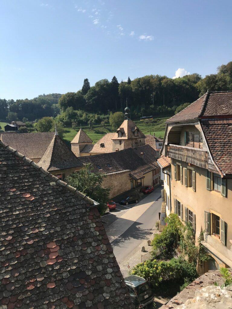 Blick vom oberen Dorfteil auf Romainmôtier