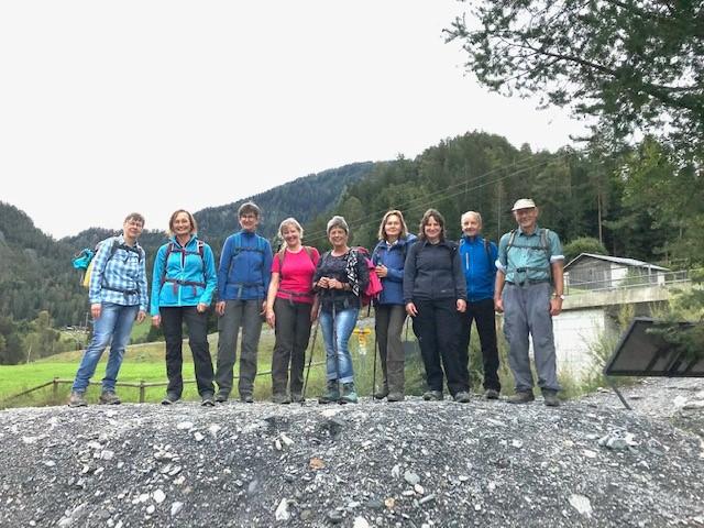 Die Wandergruppe ist beeindruckt von diesem wilden Naturspektakel.