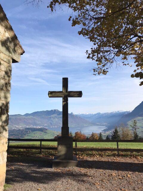 Blick vom Michaelskreuz Richtung Zugersee und Berge