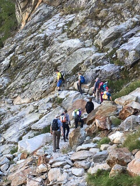 auf dem steinigen Wanderweg Richtung Kreuzboden