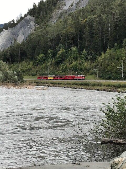 am Vorderrhein mit Blick zur RHB