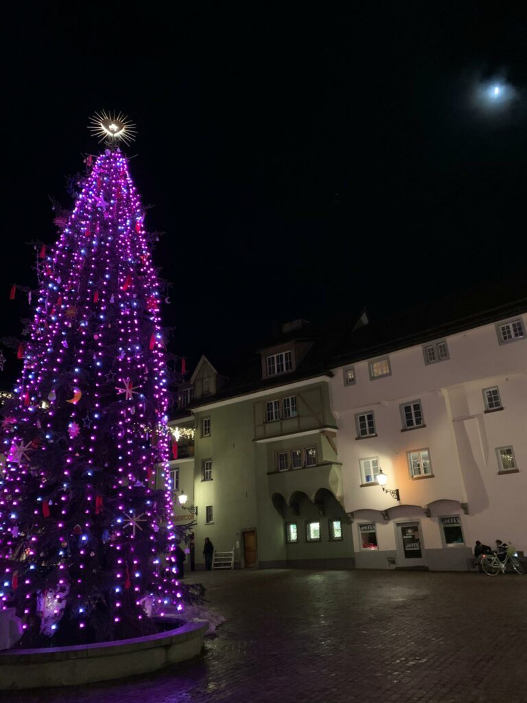 lichterfüllter Christbaum am Arcas in der Churer Altstadt - 22.12.2020, Judith