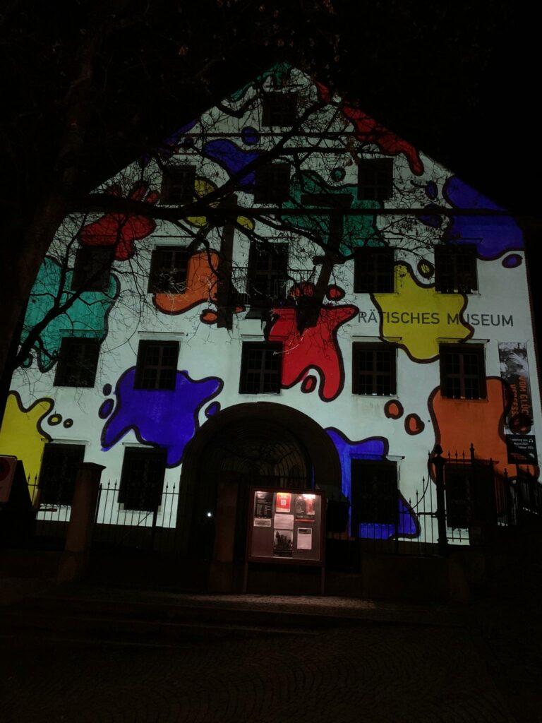 Projektion von Adventsbildern an der Hausfassade des Rätischen Museums in Chur - 22.12.2020, Judith