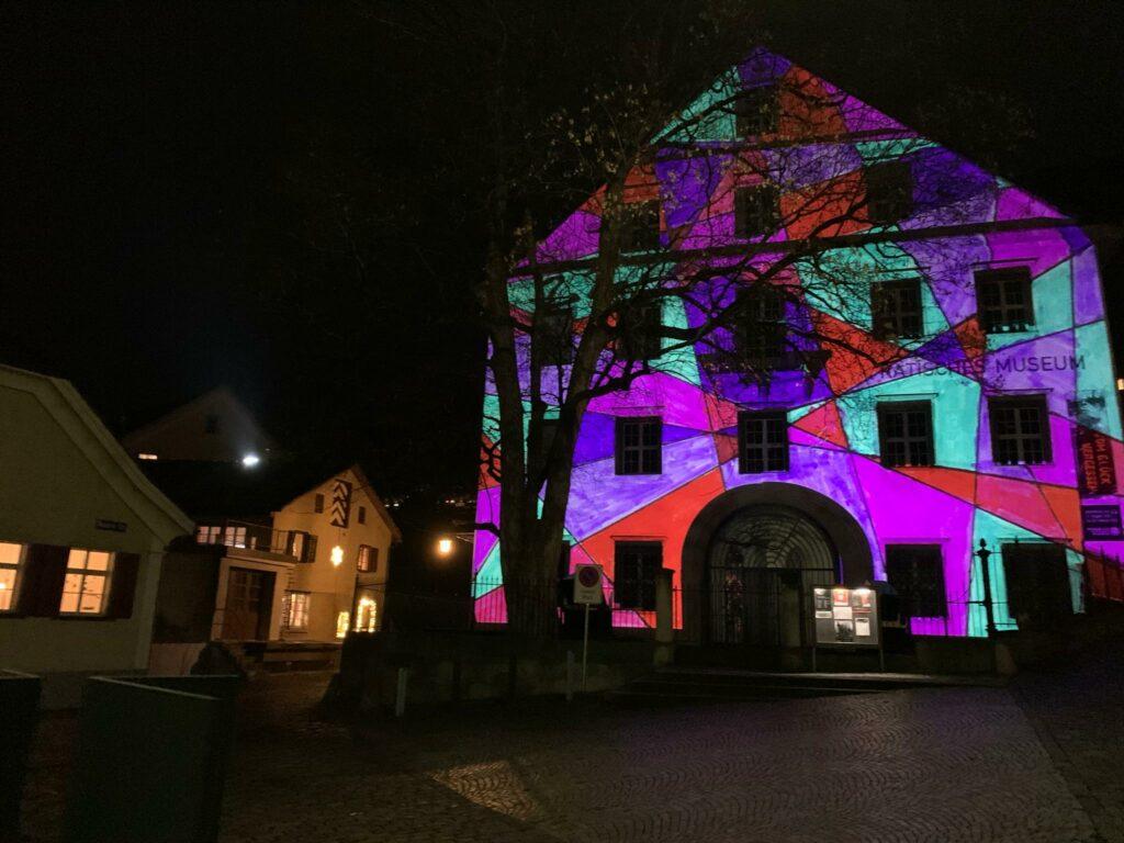 erleuchtete Hausfassade des Rätischen Museums in Chur - 22.12.2020, Judith