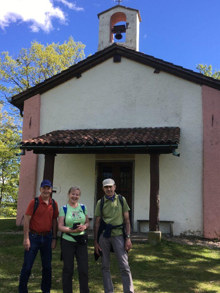 flottes Wandertrio vor der Kapelle San Bernardo - 20.05.2021