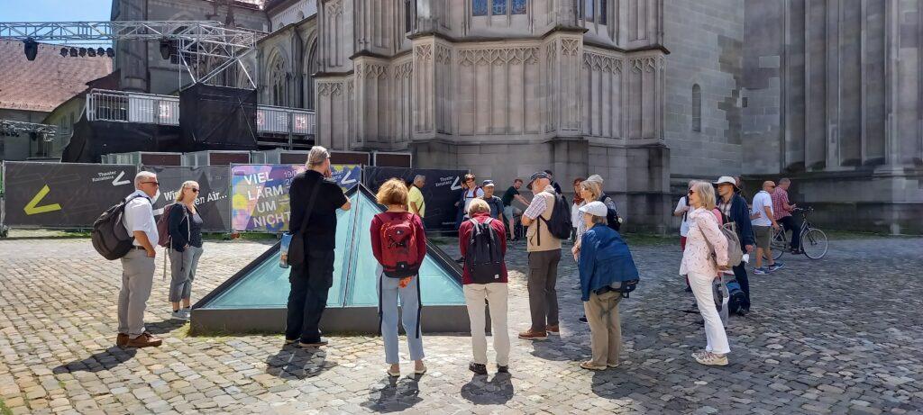 auf dem Münsterplatz vor der Glaspyramide mit Einsicht in die römische Kastellruine - 03.07.2021