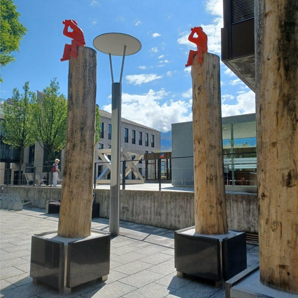 Deko-Figuren auf Holzsäulen - 09.07.2021