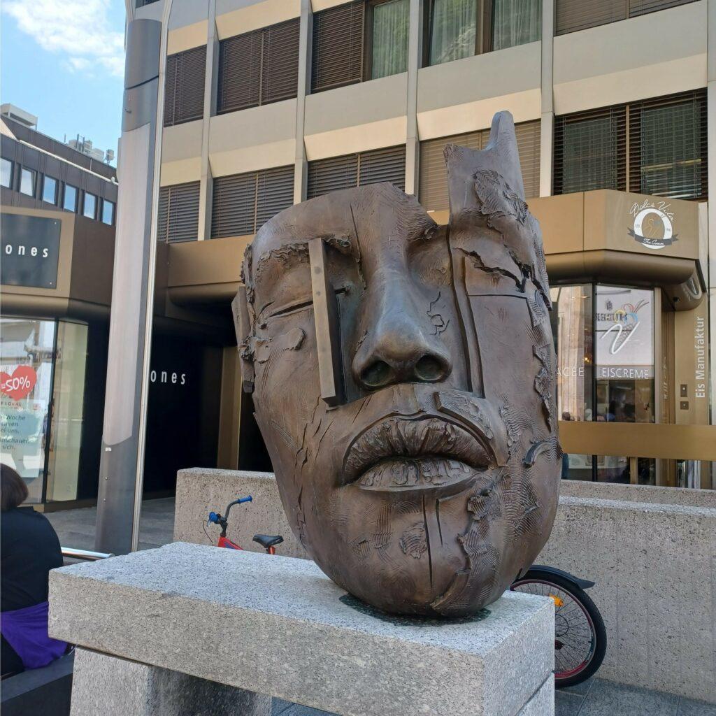 Holzskulptur vor dem Kunstmuseum - 09.07.2021