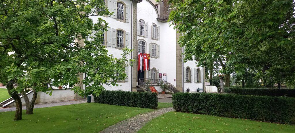 gehisste Fahnen zum Nationalfeiertag an der Schlossfassade - 01.08.2021