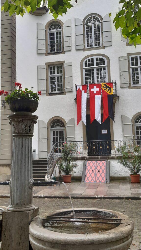 Schloss Jegenstorf, gehisste Fahnen zum Nationalfeiertag - 01.08.2021
