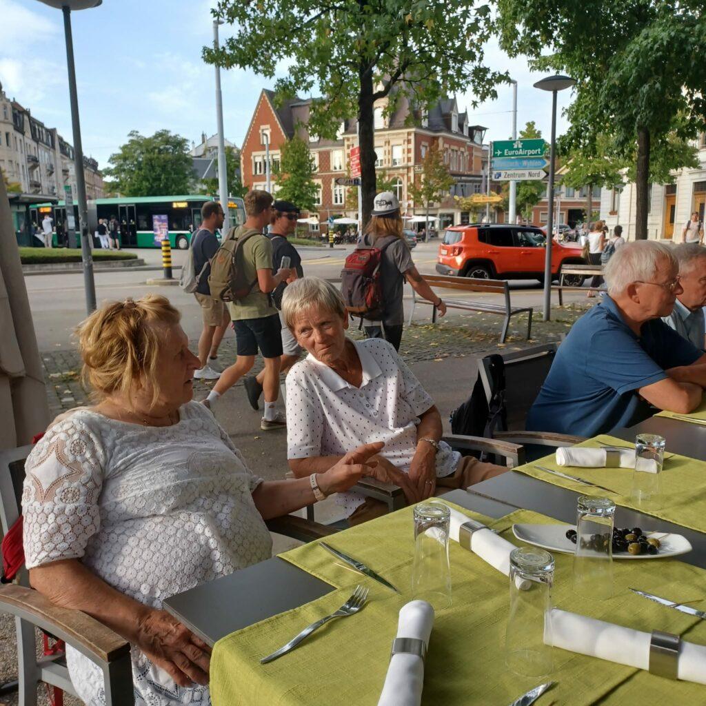 ...... noch spätsommerliche Abendtemperaturen beim Wettsteinplatz in Basel - 25.09.2021